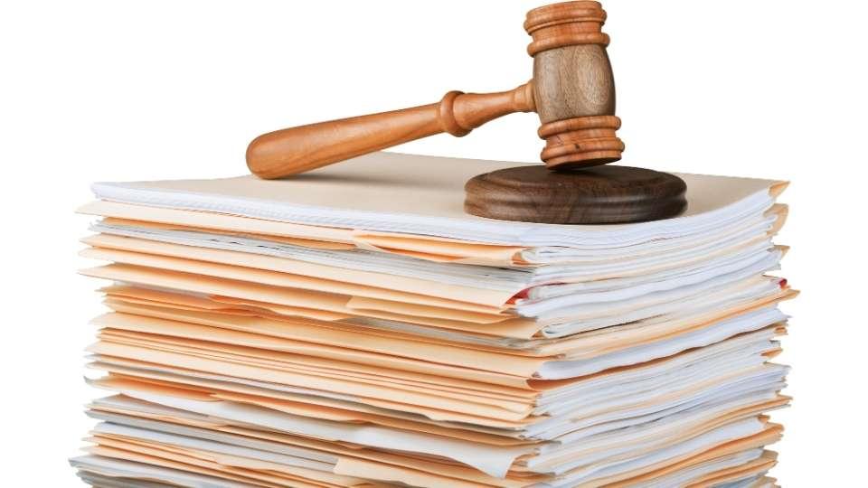 Mazo de la justicia sobre archivos