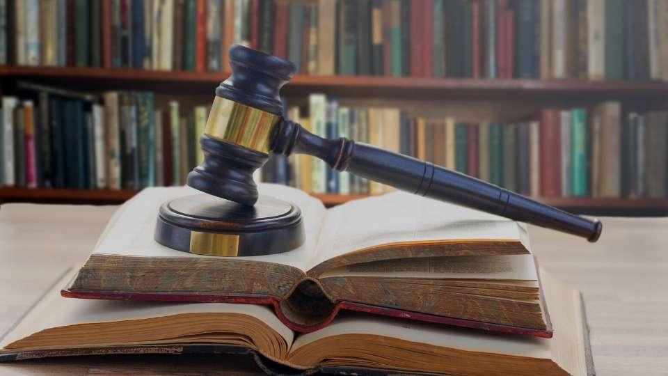 Mazo de ley con documentos