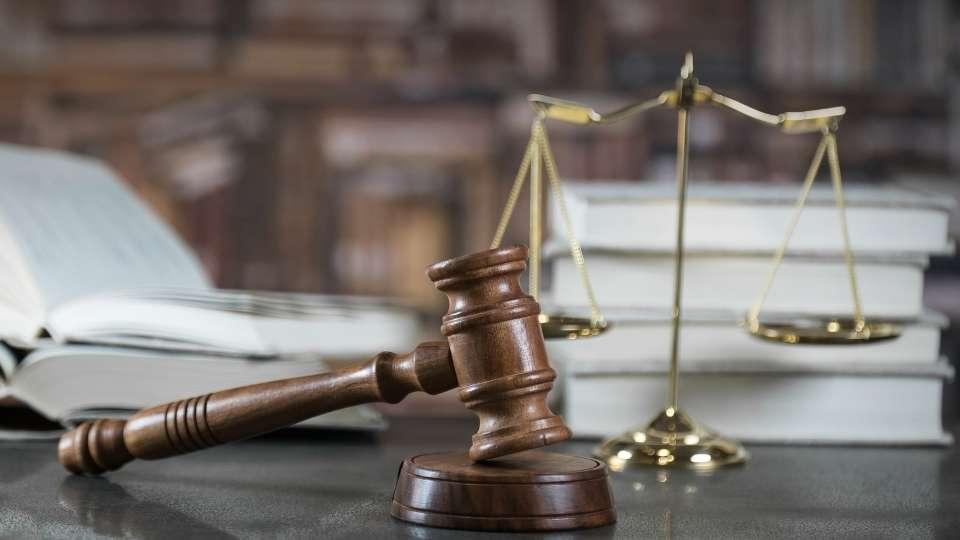 mazo del derecho y balanza