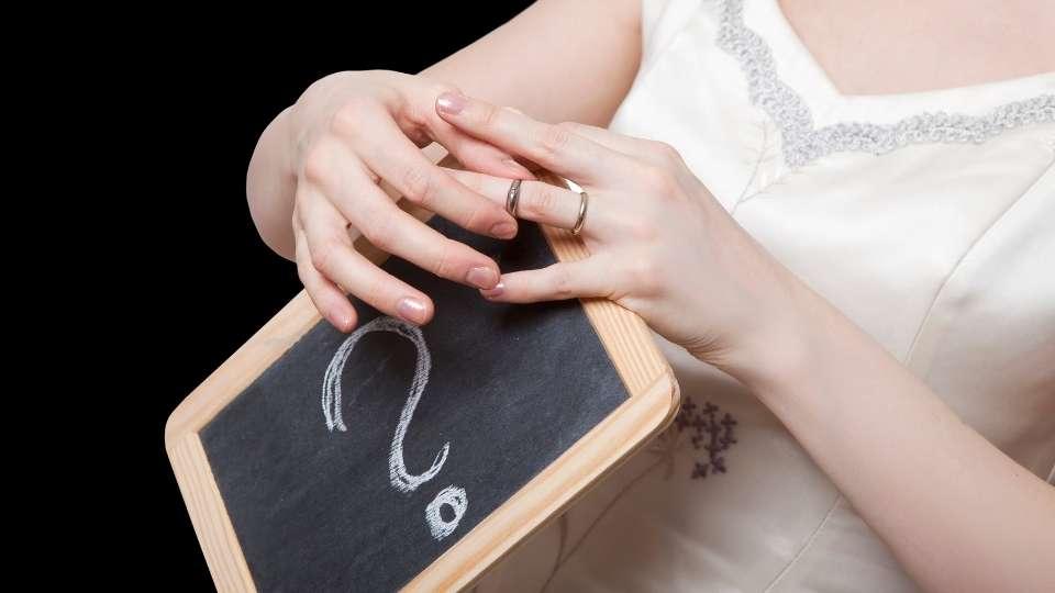 Mujer quitándose un anillo de boda