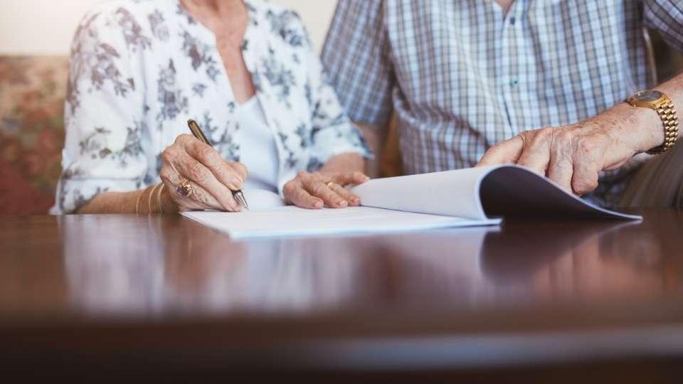 Abuelos firmando el testamento